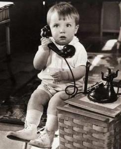 nino-hablando-por-telefono